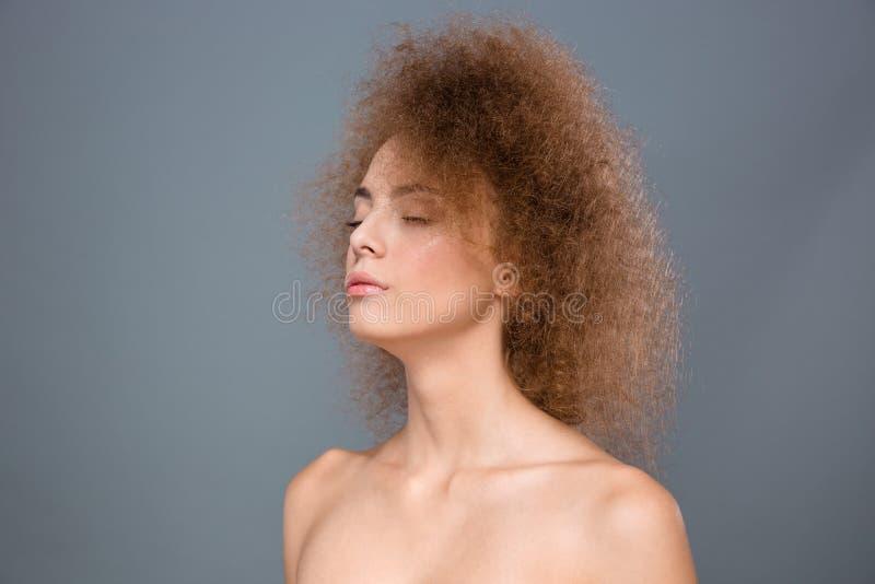 Κινηματογράφηση σε πρώτο πλάνο του νέου ευαίσθητου θηλυκού με τη σγουρή τρίχα στοκ φωτογραφία με δικαίωμα ελεύθερης χρήσης