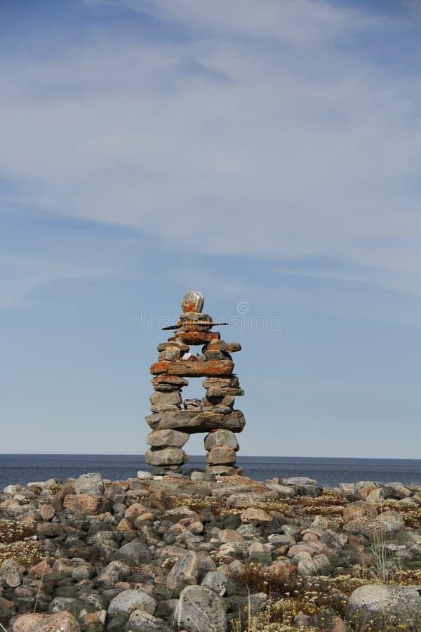 Κινηματογράφηση σε πρώτο πλάνο του ορόσημου Inukshuk Inuksuk κοντά σε Arviat, Nunavut στοκ εικόνες