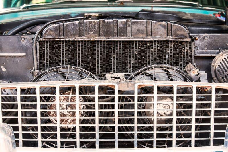 Κινηματογράφηση σε πρώτο πλάνο του παλαιού θερμαντικού σώματος του αναδρομικού εκλεκτής ποιότητας αυτοκινήτου στοκ φωτογραφία