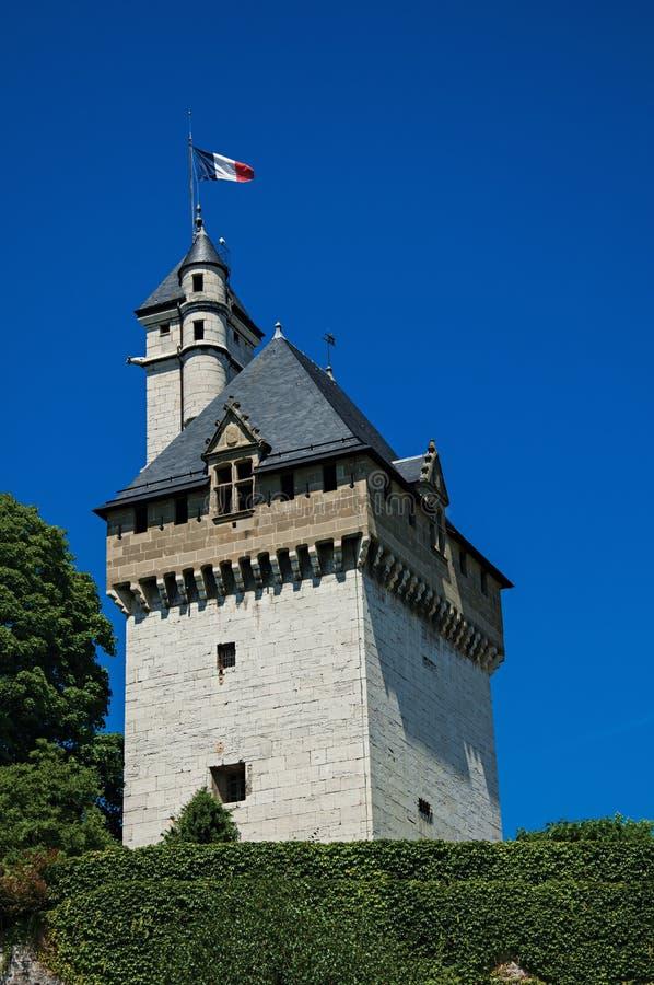 Κινηματογράφηση σε πρώτο πλάνο του πύργου των δουκών του κάστρου κραμπολάχανου ` s, με το μπλε ουρανό σε Chambéry στοκ φωτογραφίες
