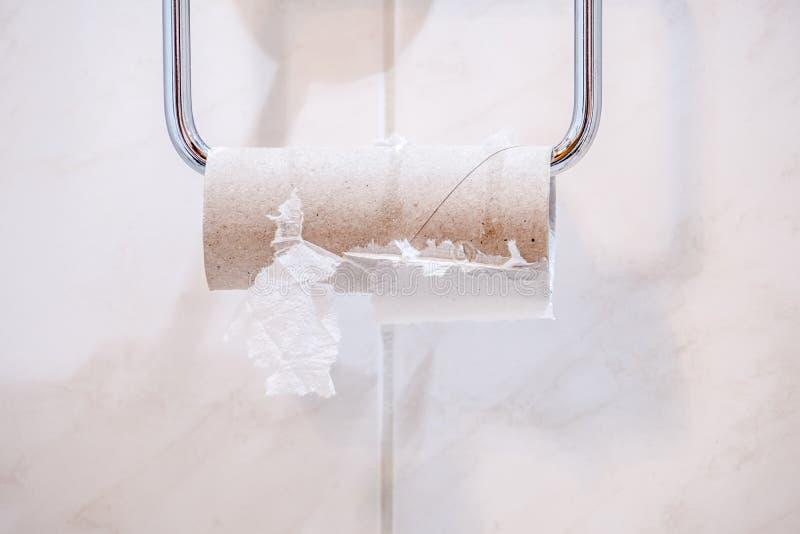 Κινηματογράφηση σε πρώτο πλάνο του τελειωμένου ρόλου χαρτιού τουαλέτας στοκ εικόνες
