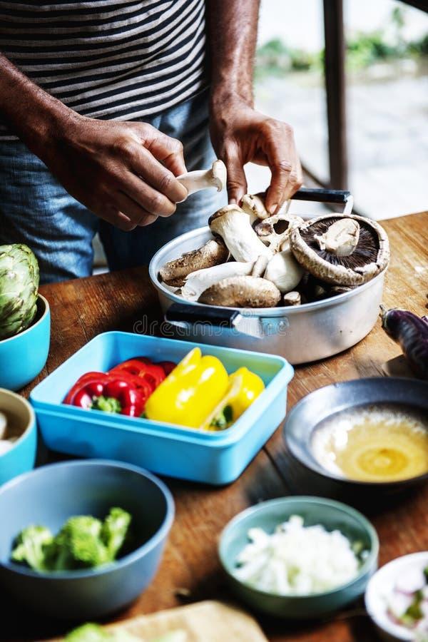 Κινηματογράφηση σε πρώτο πλάνο του φρέσκου οργανικού λαχανικού που προετοιμάζεται να μαγειρεψει στοκ εικόνες