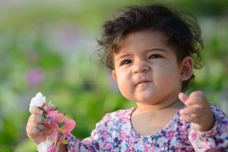 Κινηματογράφηση σε πρώτο πλάνο του χαριτωμένου λατρευτού όμορφου προσώπου του μικτού μωρού φυλών με στοκ φωτογραφίες