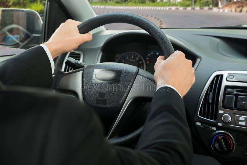 Κινηματογράφηση σε πρώτο πλάνο του χεριού ενός οδηγού στο τιμόνι στοκ εικόνες με δικαίωμα ελεύθερης χρήσης
