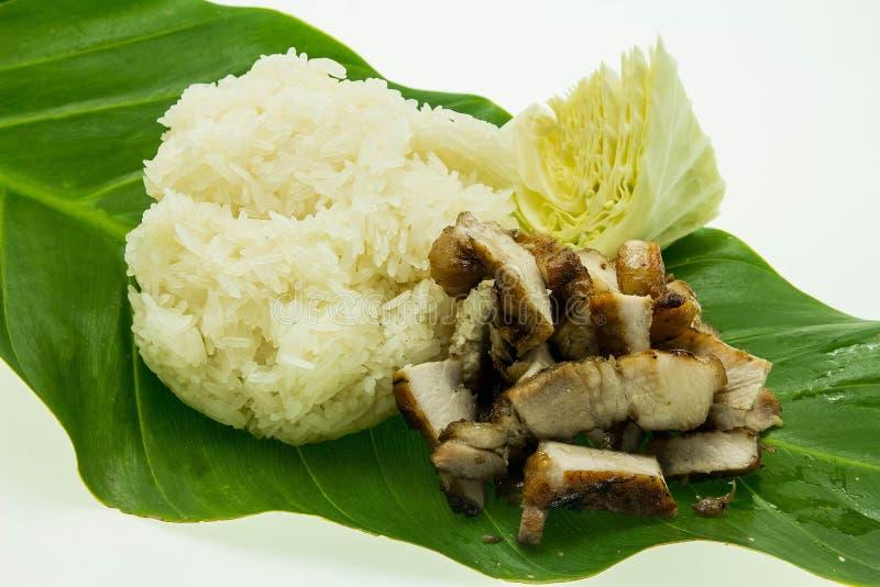 Κινηματογράφηση σε πρώτο πλάνο του ψημένου στη σχάρα χοιρινού κρέατος με τη γλυκιά πικάντικη σάλτσα και το κολλώδες ρύζι στοκ εικόνα
