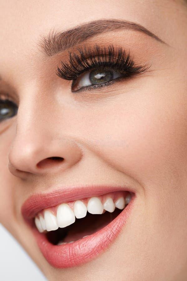 Κινηματογράφηση σε πρώτο πλάνο του όμορφου θηλυκού προσώπου χαμόγελου με τέλειο Makeup στοκ φωτογραφία με δικαίωμα ελεύθερης χρήσης