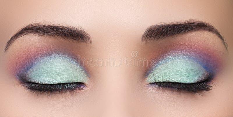 Κινηματογράφηση σε πρώτο πλάνο του όμορφου ματιού γυναικών με το makeup στοκ εικόνες