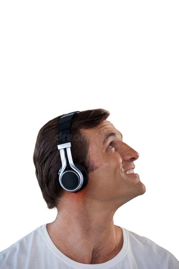 Κινηματογράφηση σε πρώτο πλάνο του ώριμου ατόμου που φορά τα ακουστικά που ανατρέχουν στοκ φωτογραφία με δικαίωμα ελεύθερης χρήσης