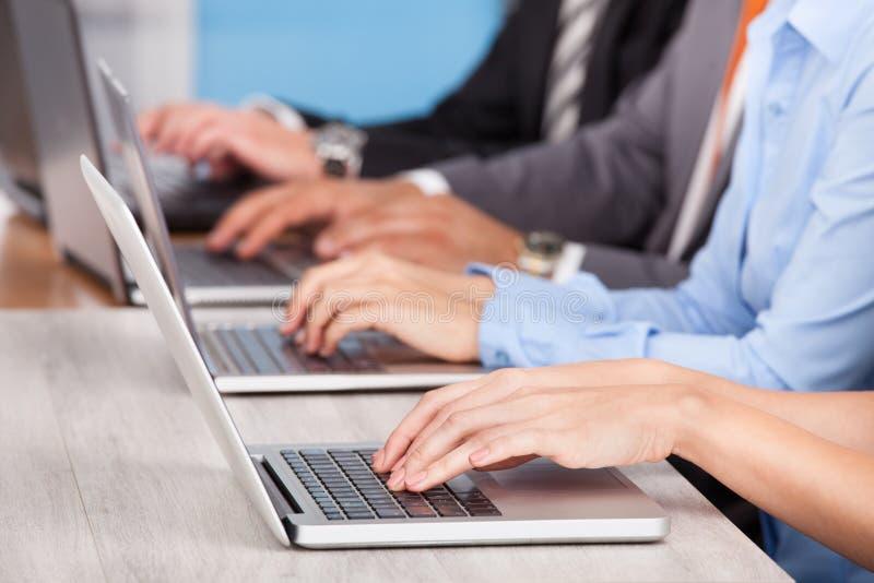 Κινηματογράφηση σε πρώτο πλάνο του businesspeople που χρησιμοποιεί το lap-top στοκ εικόνα με δικαίωμα ελεύθερης χρήσης