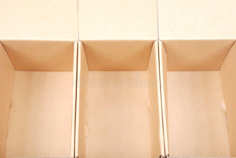 Κινηματογράφηση σε πρώτο πλάνο τριών ανοικτών κουτιών από χαρτόνι στοκ φωτογραφία με δικαίωμα ελεύθερης χρήσης