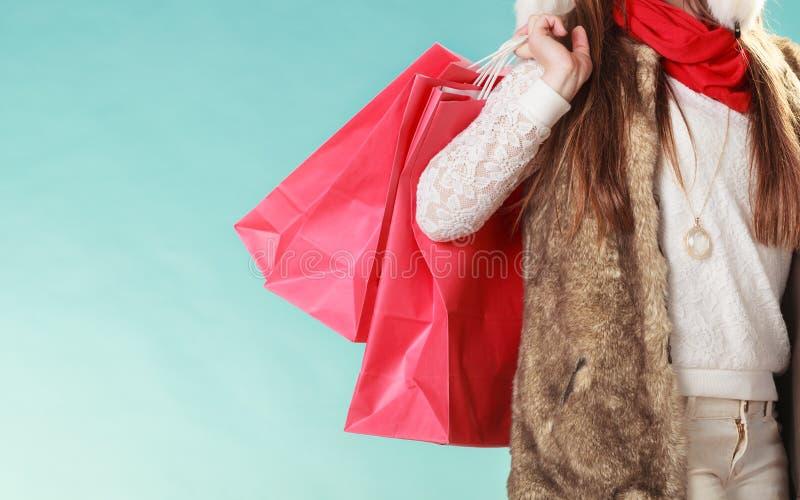 Κινηματογράφηση σε πρώτο πλάνο των αγορών τσαντών πελατών όμορφο κορίτσι μόδας ανασκόπησης που απομονώνεται άσπρος χειμώνας στοκ εικόνα με δικαίωμα ελεύθερης χρήσης