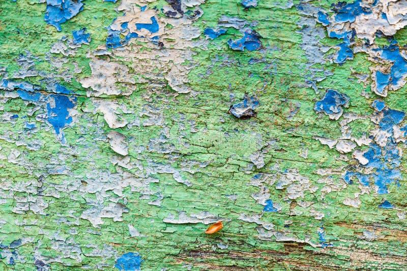 Κινηματογράφηση σε πρώτο πλάνο των λεκέδων χρωμάτων στον ξύλινο πίνακα στοκ φωτογραφία