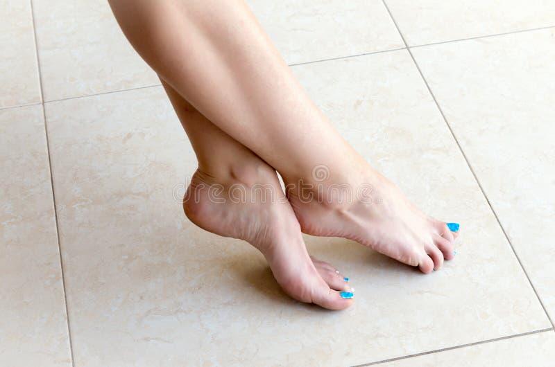 Κινηματογράφηση σε πρώτο πλάνο των θηλυκών ποδιών στοκ εικόνες με δικαίωμα ελεύθερης χρήσης