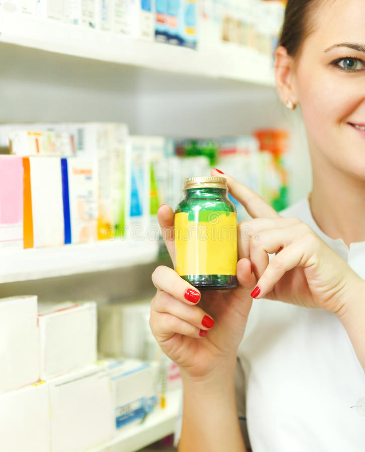 Κινηματογράφηση σε πρώτο πλάνο των θολωμένων θηλυκών να αντέξει φαρμακοποιών ταμπλετών στο BO στοκ εικόνα με δικαίωμα ελεύθερης χρήσης