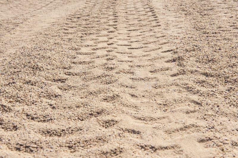 Κινηματογράφηση σε πρώτο πλάνο 4x4 των διαδρομών ελαστικών αυτοκινήτου στην έρημο στοκ φωτογραφίες με δικαίωμα ελεύθερης χρήσης