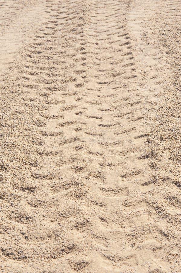 Κινηματογράφηση σε πρώτο πλάνο 4x4 των διαδρομών ελαστικών αυτοκινήτου στην έρημο στοκ εικόνες