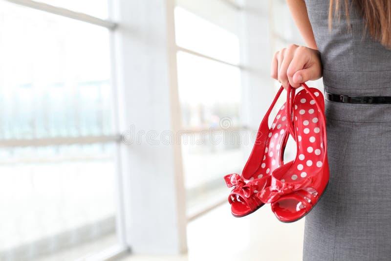 Κινηματογράφηση σε πρώτο πλάνο των κόκκινων παπουτσιών με τα υψηλά τακούνια στοκ εικόνα με δικαίωμα ελεύθερης χρήσης