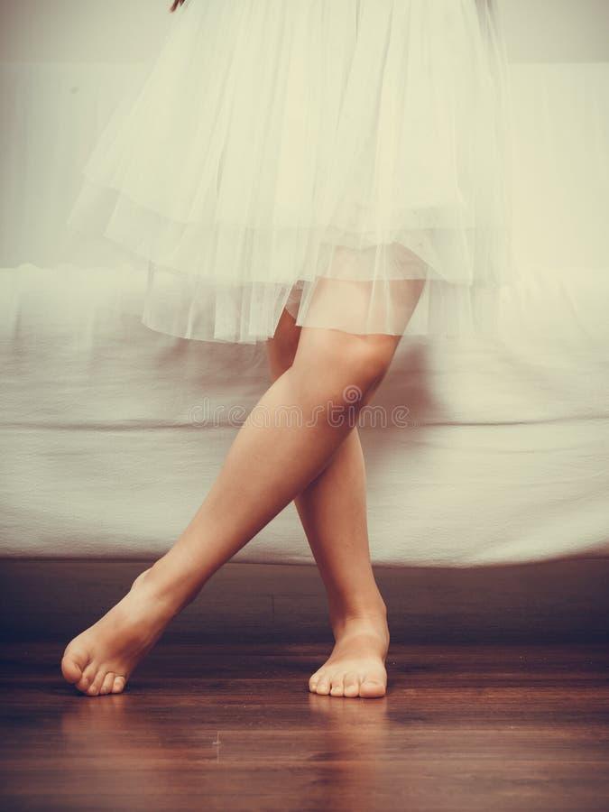 Κινηματογράφηση σε πρώτο πλάνο των ποδιών μικρών κοριτσιών στοκ εικόνα