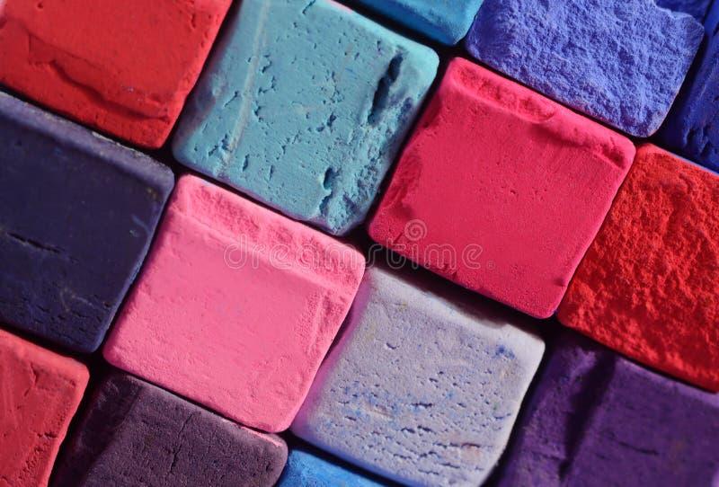 Κινηματογράφηση σε πρώτο πλάνο των φωτεινών κιμωλιών κρητιδογραφιών με τα κόκκινα, μπλε, ιώδη χρώματα στοκ εικόνες
