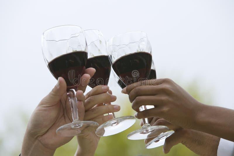 Κινηματογράφηση σε πρώτο πλάνο των χεριών που ψήνουν το κρασί στοκ φωτογραφία με δικαίωμα ελεύθερης χρήσης