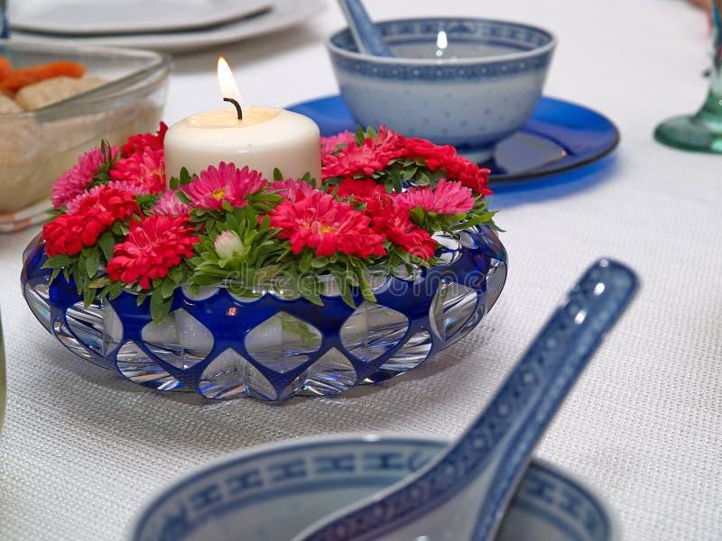 Κινηματογράφηση σε πρώτο πλάνο των όμορφων κόκκινων λουλουδιών κεριών φωτισμού στοκ φωτογραφίες
