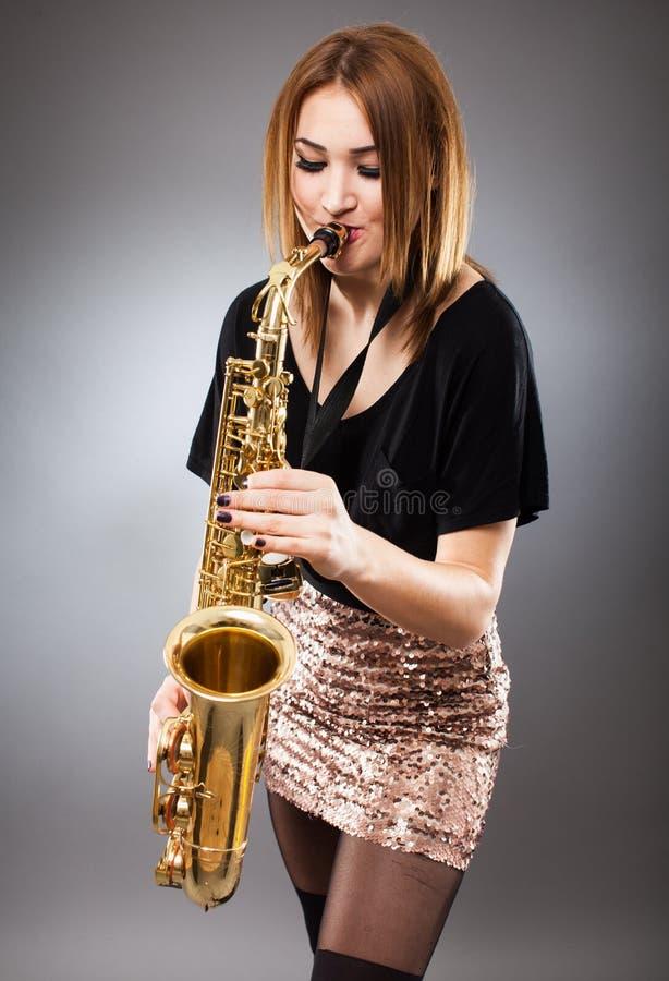 Κινηματογράφηση σε πρώτο πλάνο φορέων Saxophone στοκ εικόνα