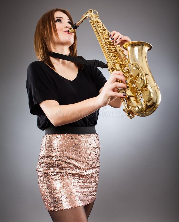 Κινηματογράφηση σε πρώτο πλάνο φορέων Saxophone στοκ φωτογραφίες