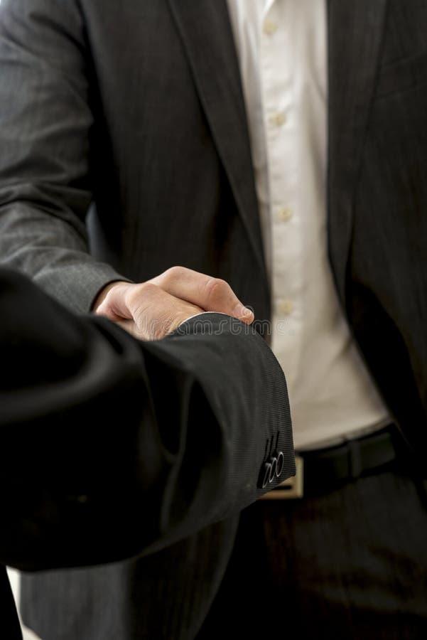 Κινηματογράφηση σε πρώτο πλάνο δύο αρσενικών συνέταιρων που τινάζουν τα χέρια στοκ εικόνα με δικαίωμα ελεύθερης χρήσης