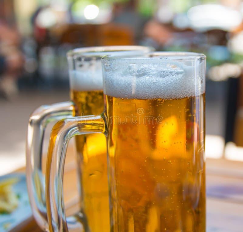 Κινηματογράφηση σε πρώτο πλάνο δύο κουπών μπύρας στοκ φωτογραφία