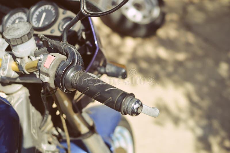 Κινηματογράφηση σε πρώτο πλάνο handlebar μιας μοτοσικλέτας στοκ φωτογραφία