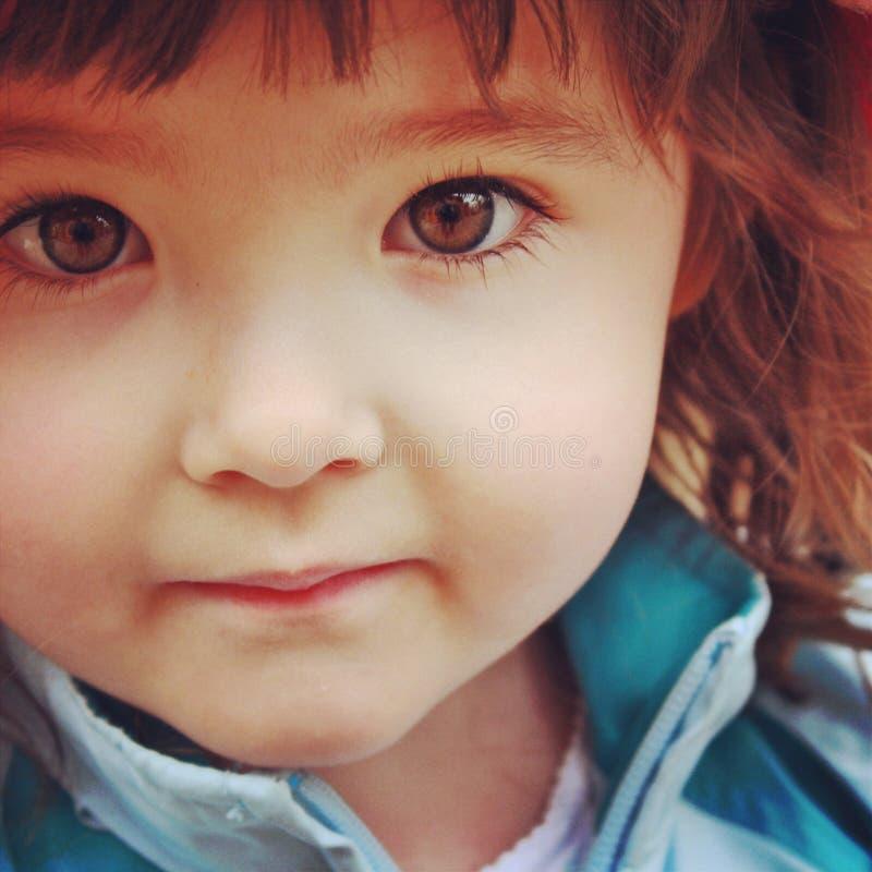 Κινηματογράφηση σε πρώτο πλάνο Instagram επάνω του μικρού κοριτσιού με τη ζάλη των καφετιών ματιών στοκ φωτογραφία με δικαίωμα ελεύθερης χρήσης