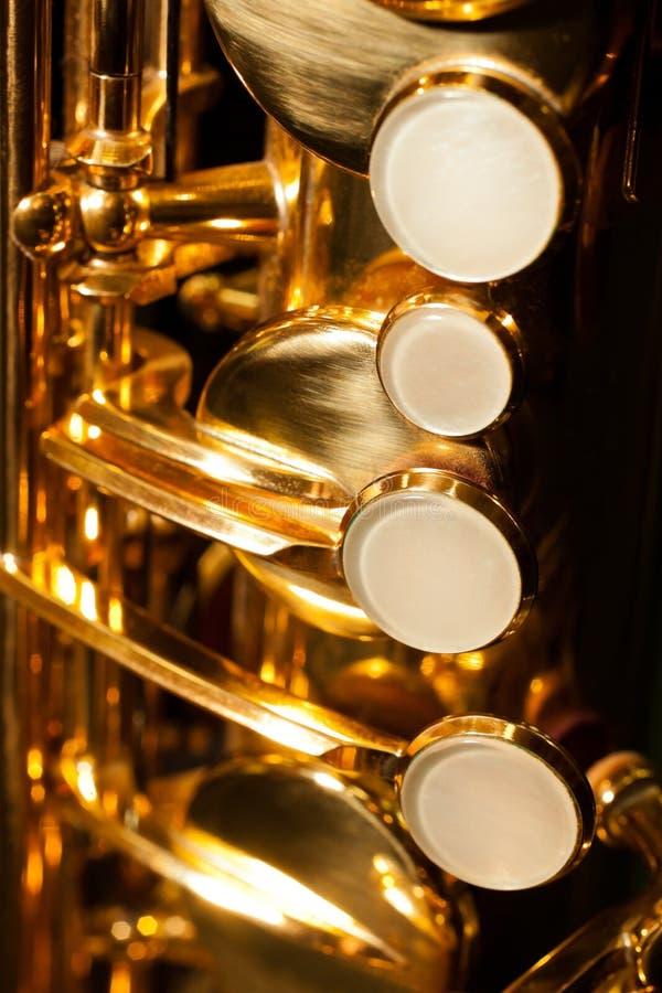 Κινηματογράφηση σε πρώτο πλάνο saxophone βαλβίδων λεπτομέρειας στοκ φωτογραφίες