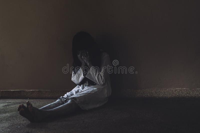 Κινηματογράφος θανάτου σκηνής φρίκης γυναικών φαντασμάτων με αποκριές στοκ φωτογραφία