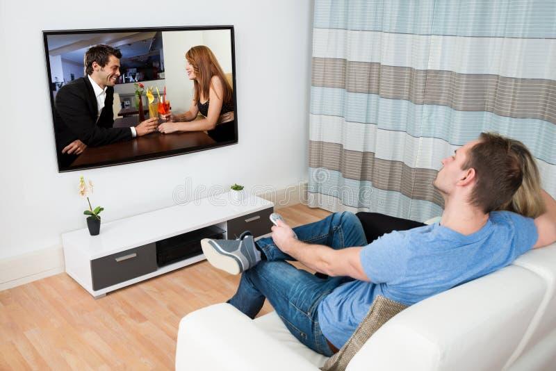 Κινηματογράφος προσοχής ζεύγους στην τηλεόραση στοκ εικόνα