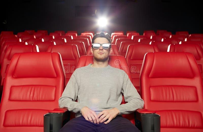 Κινηματογράφος προσοχής νεαρών άνδρων στο τρισδιάστατο θέατρο στοκ εικόνες