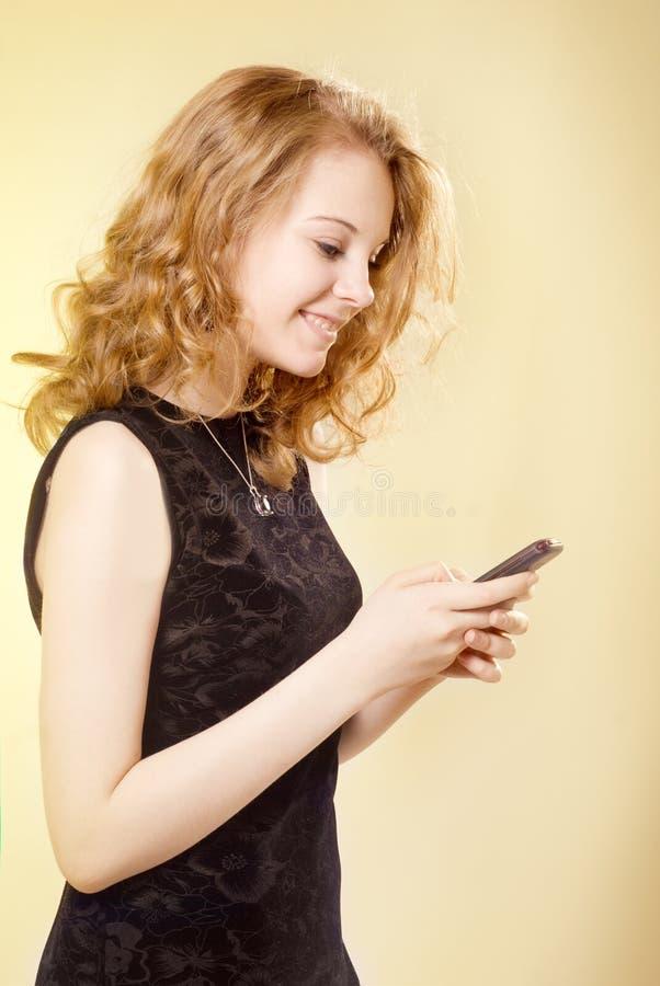 κινητές τηλεφωνικές νεολαίες κοριτσιών στοκ φωτογραφία με δικαίωμα ελεύθερης χρήσης
