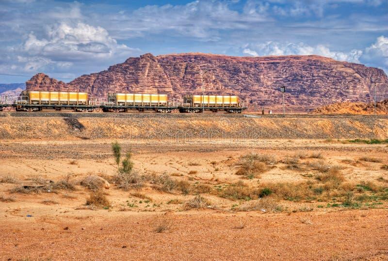 Κινητήριο τραίνο στην έρημο ρουμιού Wadi, Ιορδανία Σιδηρόδρομος μέσω των βουνών Θέμα μεταφορών στοκ εικόνα με δικαίωμα ελεύθερης χρήσης