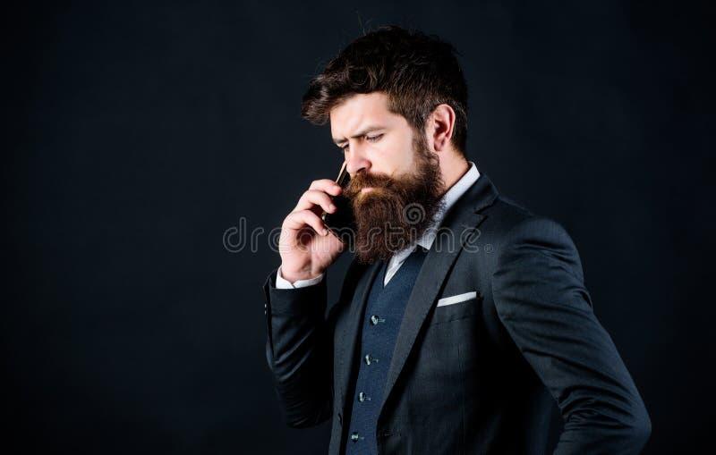 Κινητή έννοια κλήσης Το επίσημο κοστούμι ατόμων καλεί κάποιο Κινητή συνομιλία κλήσης Κινητές διαπραγματεύσεις Επιχειρηματίας καλά στοκ φωτογραφίες