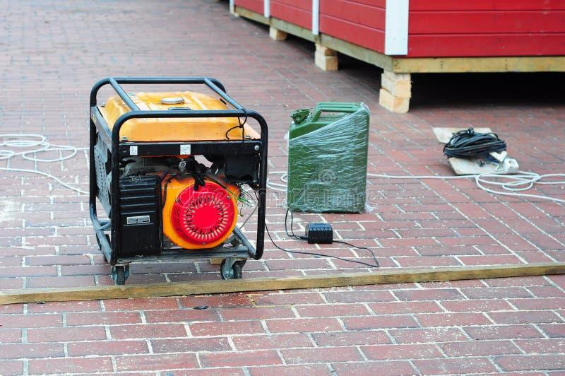 Κινητή γεννήτρια στο υπόβαθρο εργοτάξιων οικοδομής με το μεταλλικό κουτί βενζίνης στοκ εικόνα με δικαίωμα ελεύθερης χρήσης