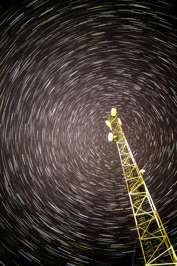 Κινητή επικοινωνία επαναληπτών (πύργος) στις αστέρι-στερεωμένες διαδρομές στοκ φωτογραφία