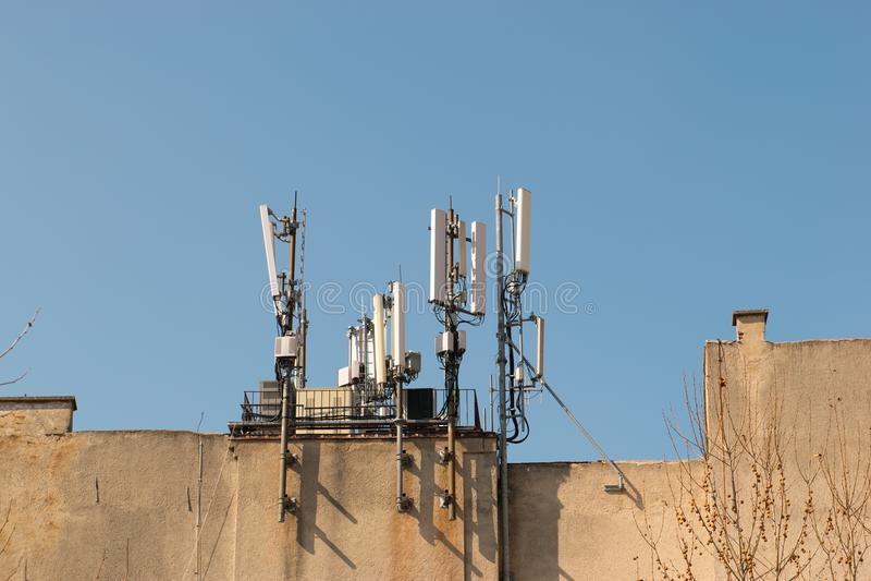 Κινητή κεραία στη στέγη ενός κτηρίου ενάντια στο μπλε ουρανό Πληροφοριοδότες ραδιοφωνικής αναμετάδοσης και δικτύων, δέκτες Σύγχρο στοκ φωτογραφίες με δικαίωμα ελεύθερης χρήσης