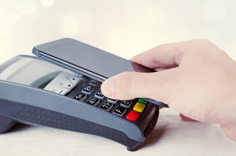 Κινητή πληρωμή με το έξυπνο τηλέφωνο στοκ φωτογραφία με δικαίωμα ελεύθερης χρήσης