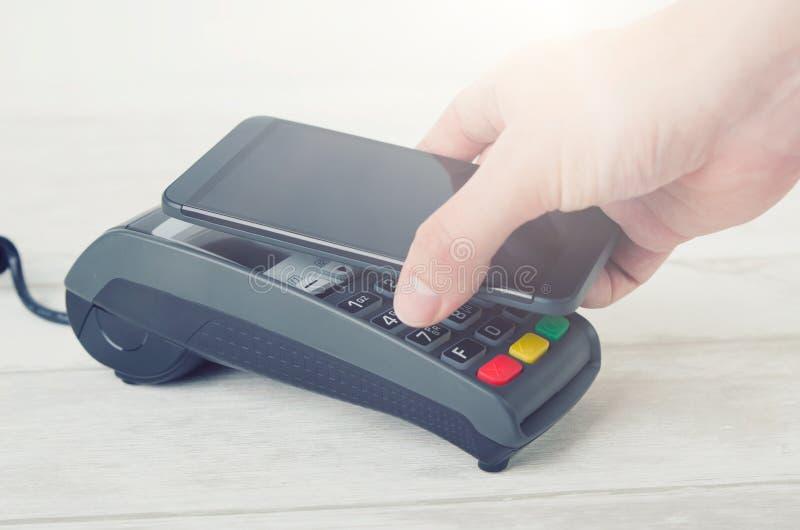 Κινητή πληρωμή με το έξυπνο τηλέφωνο στοκ εικόνα