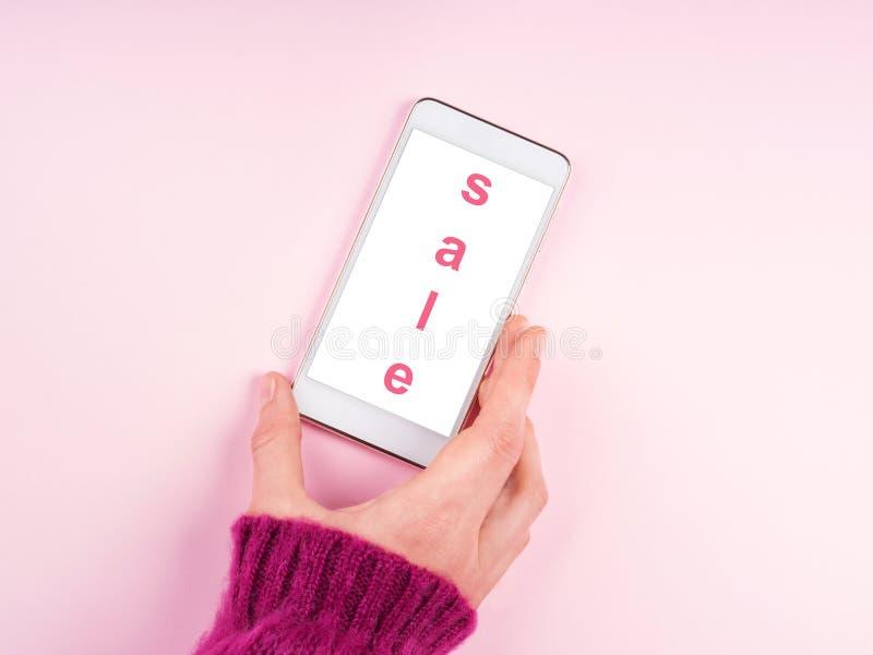 Κινητή τηλεφωνική οθόνη στο ροζ Προσφορά πώλησης στοκ εικόνες
