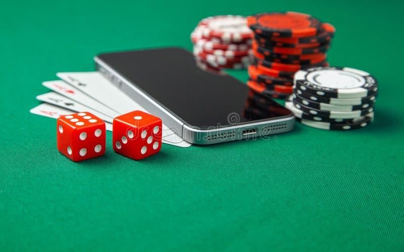 Κινητή τηλεφωνική χαρτοπαικτική λέσχη on-line Οι κινητές κάρτες τηλεφώνων και παιχνιδιών με τα τσιπ και χωρίζουν σε τετράγωνα σε  στοκ εικόνα με δικαίωμα ελεύθερης χρήσης