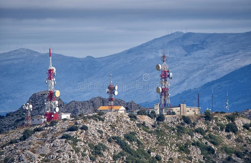 Κινητοί τηλεφωνικοί ιστοί στην οροσειρά σειρά βουνών Torcal, Ισπανία στοκ εικόνες