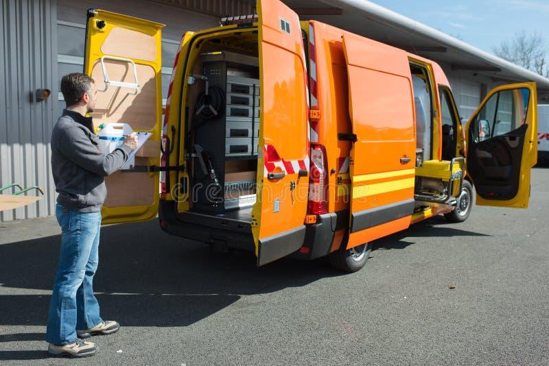 Κινητός μηχανικός πίσω από το φορτηγό στοκ εικόνες
