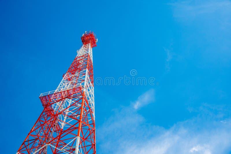 Κινητός τηλεφωνικός σταθμός βάσης ή πύργος τηλεπικοινωνιών στο μπλε ουρανό στοκ φωτογραφία με δικαίωμα ελεύθερης χρήσης