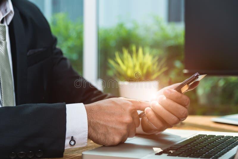 Κινητό έξυπνο τηλέφωνο σύνδεσης επιχειρηματιών στοκ εικόνες