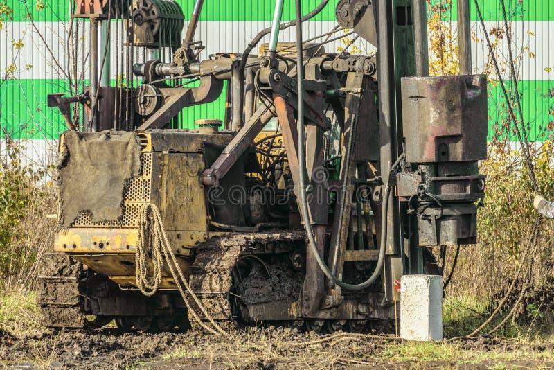 Κινητό σφυρί σωρών diesel αντιολισθητικών αλυσίδων που λειτουργεί στο εργοτάξιο οικοδομής στοκ φωτογραφίες